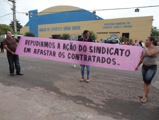 SERVIDORES DA PREFEITURA FAZEM MANIFESTAÇÃO CONTRA SINDICATO