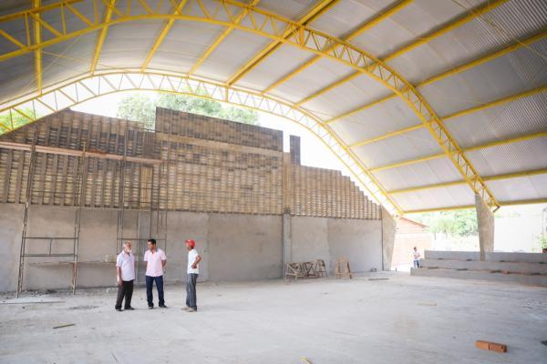 prefeito-visita-obra-de-quadras-escolares-3242