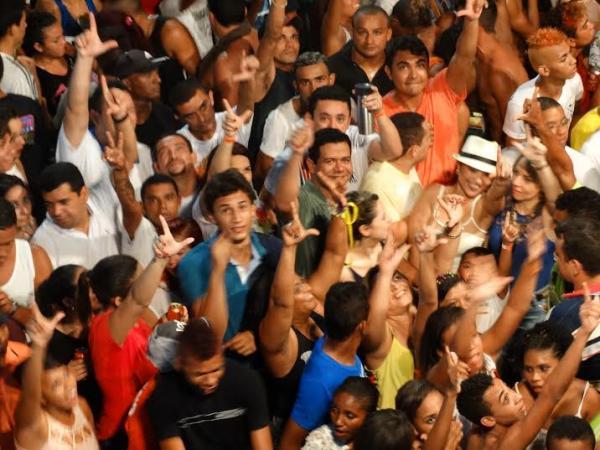 prefeito-luciano-no-bloco-da-pipoca-3606