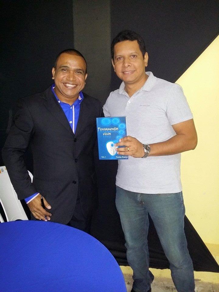 O escritor Toinho Araújo durante Noite de Autógrafos