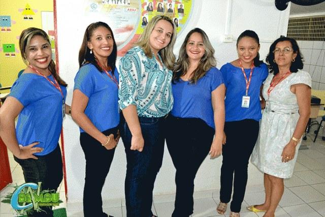A Diretora Débora Santana (ao meio) com parte de colaboradoras da Instituição