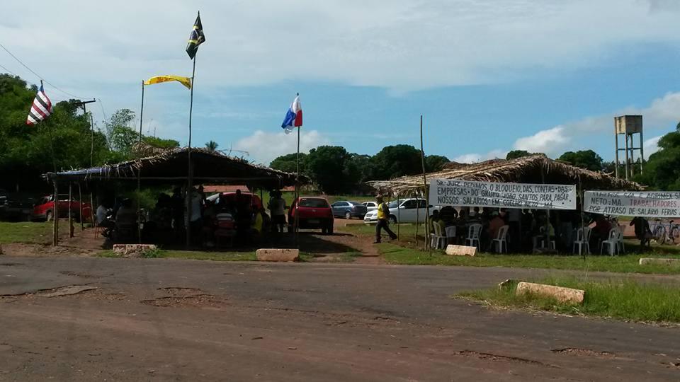 Acampamento dos trabalhadores em frente a empresa do Grupo João Santos