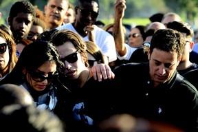 Eyshila abraçada ao filho Lucas e, à direita, o marido da cantora, Odilon Santos