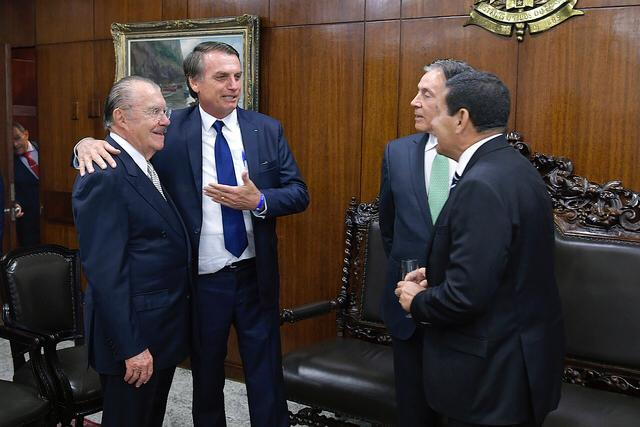 Bolsonaro e Sarney brindam em almoço com presidente da Argentina