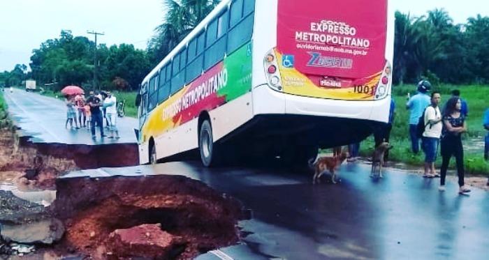Enquanto Flávio Dino tira onda em Havard, estradas maranhenses viram farelo…