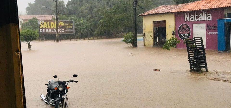 Forte chuva causa transtorno e alaga diversos pontos em Coelho Neto