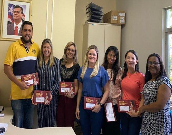 Secretária de Saúde Kamila Santana recebe cartões do Programa Cheque Cesta Básica para gestantes de Duque Bacelar