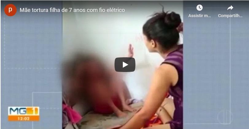 Presa e levada ao presídio mãe que espanca filha de sete ano com fio; padastro filmou tudo