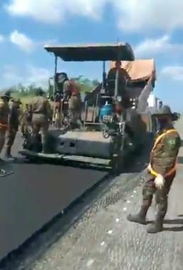 Exército já aplica novo asfalto na BR-135, no Campo de Perizes