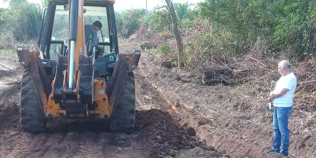 Jorge Oliveira executa frente de trabalho na recuperação de estradas vicinais em Duque Bacelar
