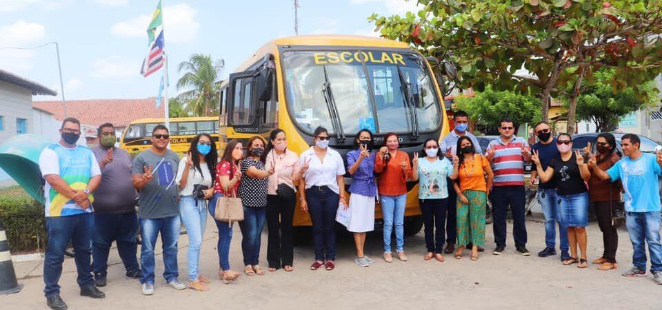 Prefeitura de Chapadinha entrega quatro micro-ônibus escolares novos e com acessibilidade para cadeirantes