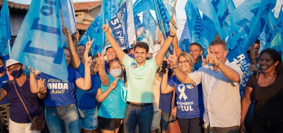 Onda azul: Bruno Silva participa de panfletagem em bairros de Coelho Neto