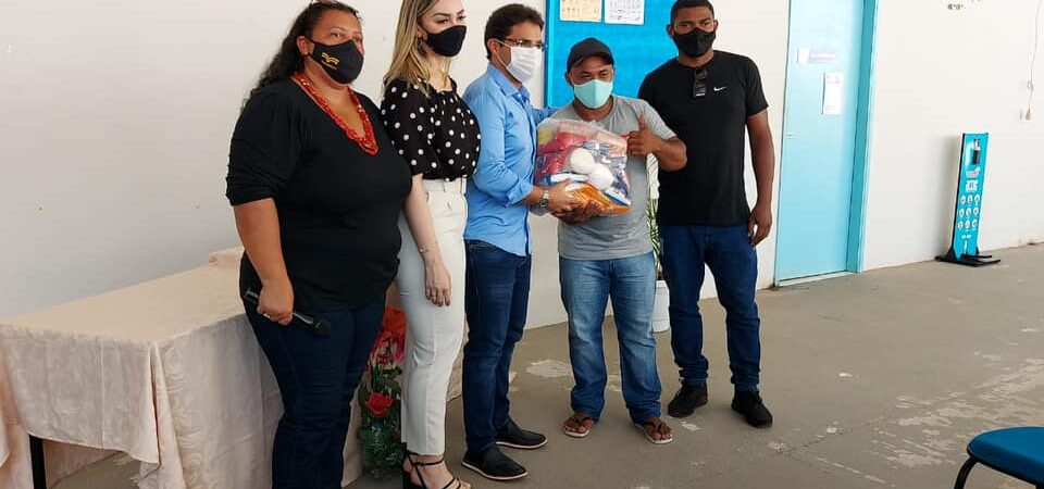 Prefeito Bruno Silva entrega cestas básicas para integrantes da classe artística